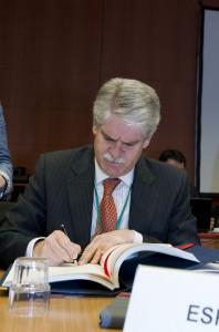 Embajador firma